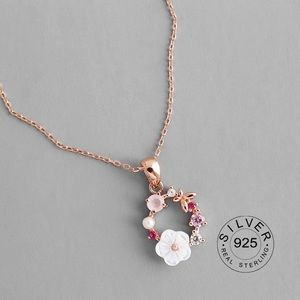 Jewelry - Beautiful flower 🌸 rose gold necklace